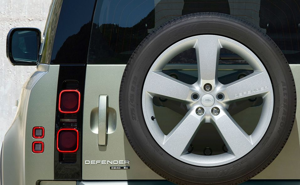 2020_lr_defender_rear_detail_19.jpg
