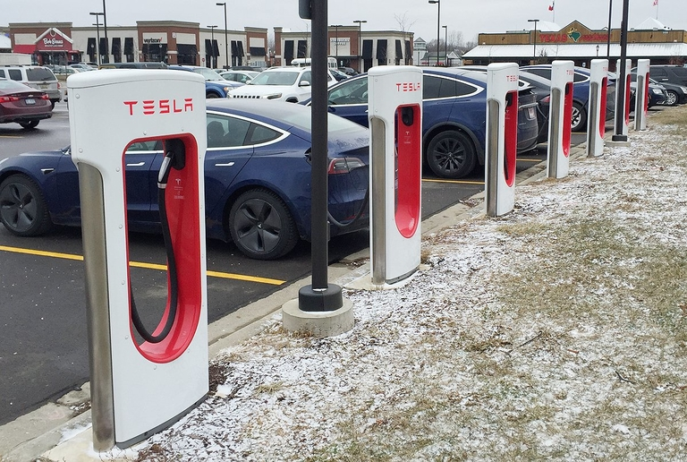 Deep freeze illustrates love-hate relationships with electric cars, Teslas